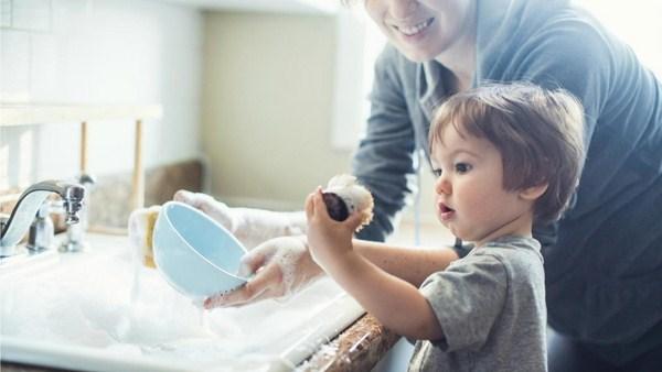 Cách dạy trẻ làm việc nhà để học hỏi kỹ năng sống