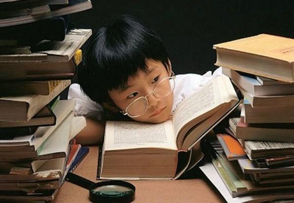 Trẻ bị ép học quá nhiều