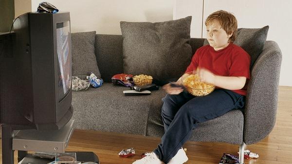 Xem quá nhiều tivi sẽ khiến trẻ trở nên thụ động và dễ mắc bệnh béo phì