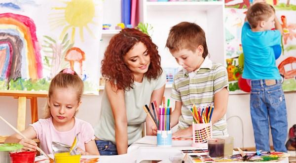 Phụ huynh hãy dành thời gian chia sẻ với trẻ nhiều hơn để hiểu vì sao con lại thích vẽ