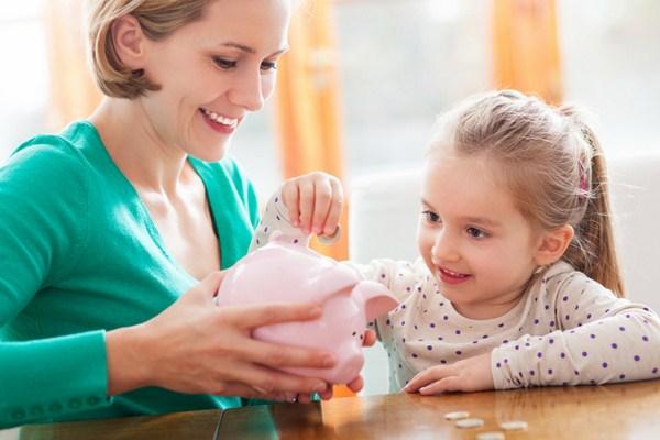 Cha mẹ nên dạy con tiết kiệm tiền thông qua các trò chơi để tạo hứng thú cho trẻ