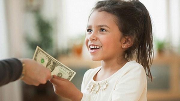 Cho trẻ tiền tiêu vặt hàng ngày vừa có lợi vừa có hại đối với trẻ