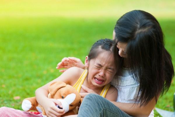 Khi con trẻ ăn vạ thì cha mẹ nên xử lý như thế nào