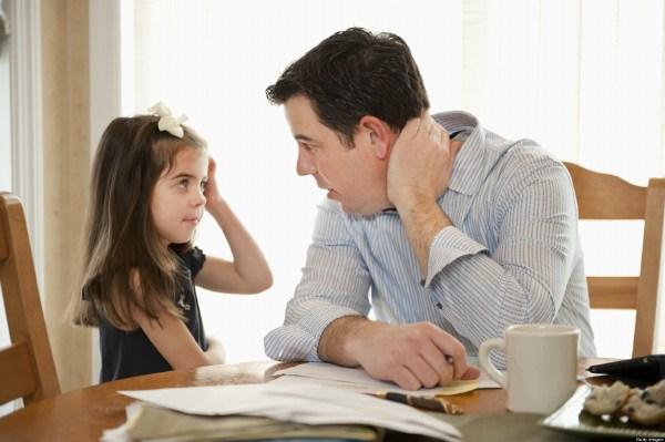 Nói chuyện nhẹ nhàng với trẻ khi trẻ bình tĩnh lại